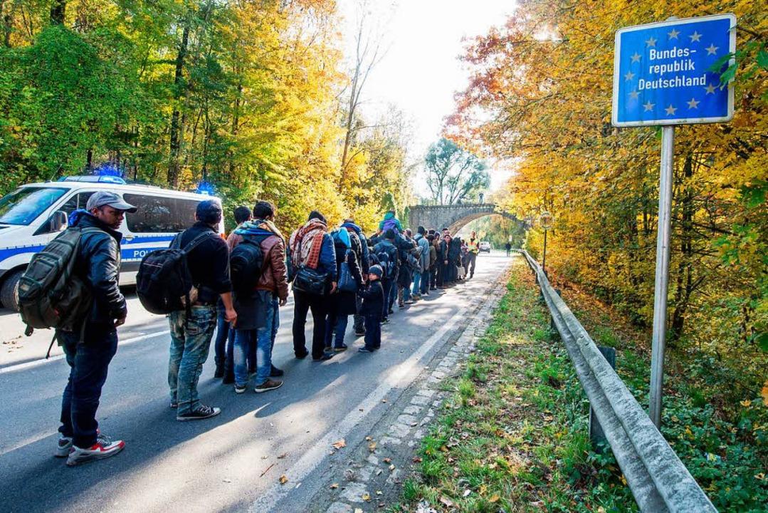 Flüchtlinge stehen im Oktober 2015 an ...r Probleme? Thomas Hauser meint Nein.   | Foto: DPA