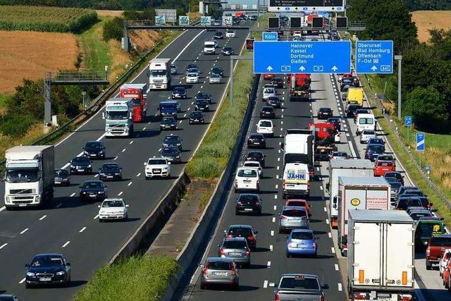 Polizei und Feuerwehr suchen Autofahrer nach Unfall auf der A5