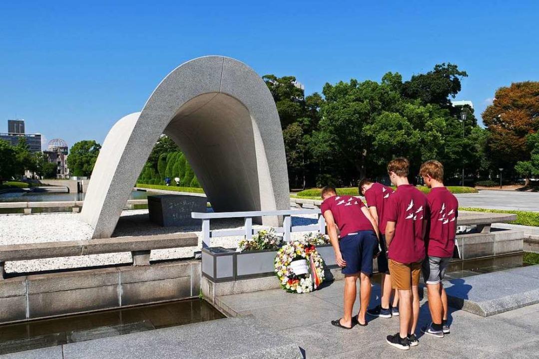 Im Friedenspark von Hiroshima legten d...nischen Atombombe  einen Kranz nieder.    Foto: privat