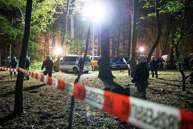 Demos im Hambacher Forst – Räumung fortgesetzt – Streit um Ende der Kohleverstromung