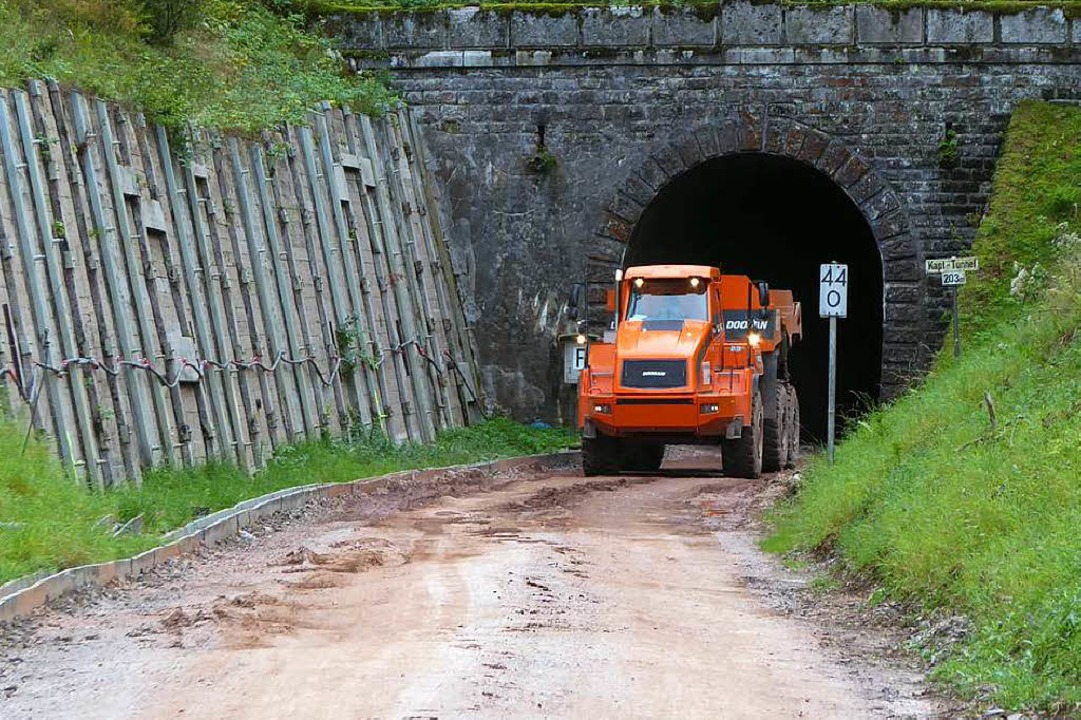Aus dem Tunnel kommt ein Schottertransporter  | Foto: Peter Stellmach