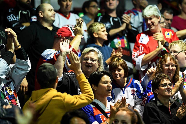 Torjubel der EHC-Fans. Am Ende standen die Wölfe aber mit leeren Händen da.    Foto: Patrick Seeger