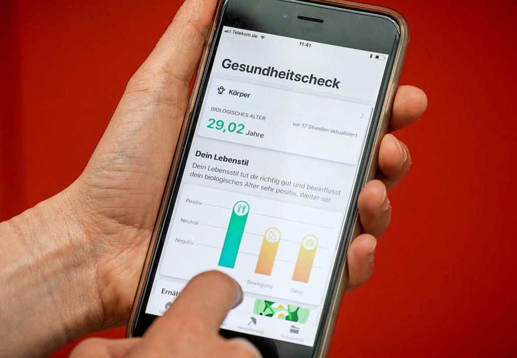 Ein Handybildschirm zeigt die App &quo...g der neuen digitalen Gesundheitsakte.  | Foto: dpa