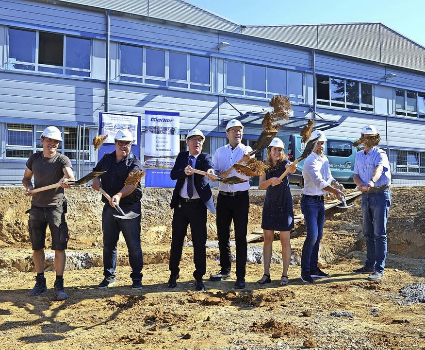 Spatenstich für das neue Bürogebäude: ...gwerksplaner Jürgen Nafz (von links).     Foto: Nikolaus Bayer