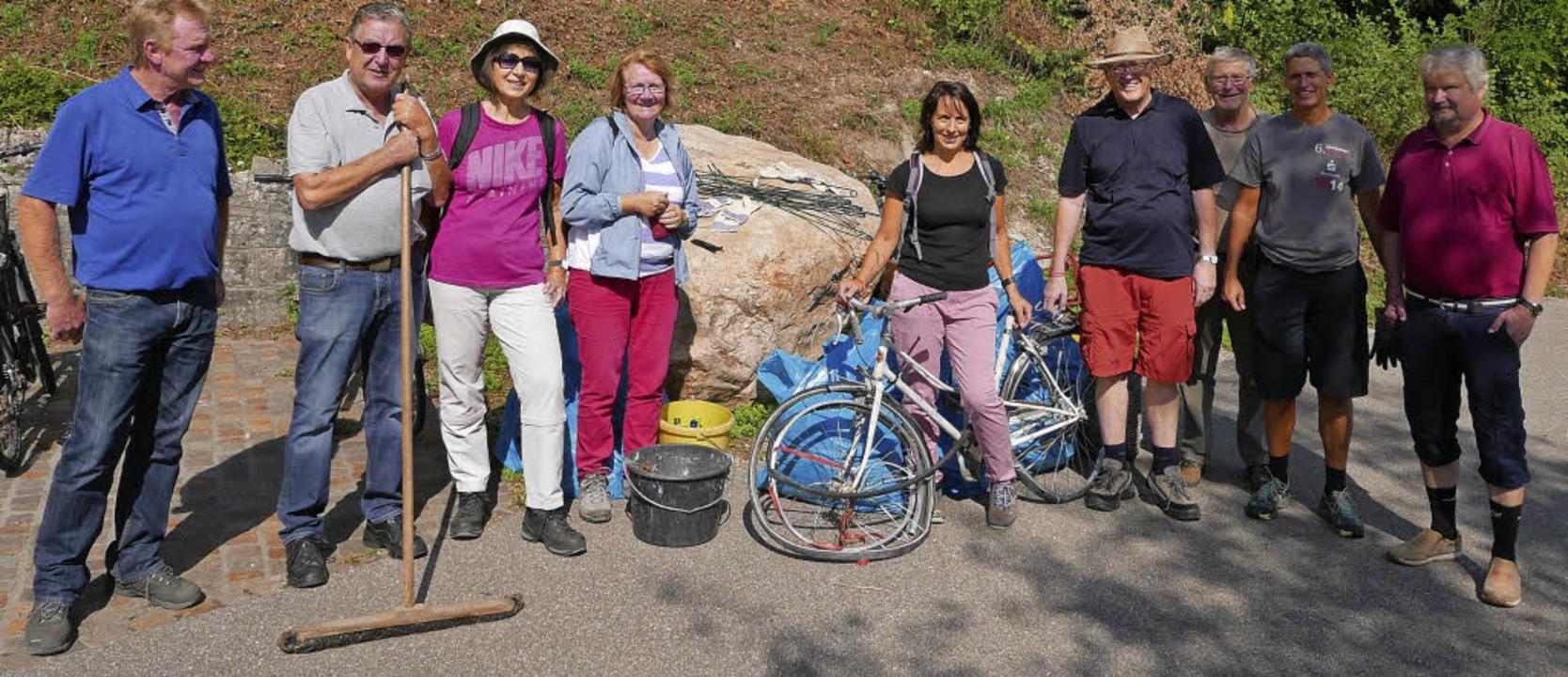 Sechs Säcke Abfall, ein altes Fahrrad ... Besen trugen die Teilnehmer zusammen.  | Foto: Charlotte Pötter