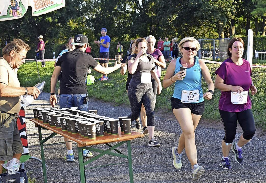 Das Tri-Team Kaiserstuhl versorgte die...erinnen beim Ladies Run mit Getränken.    Foto: Cecile Buchholz