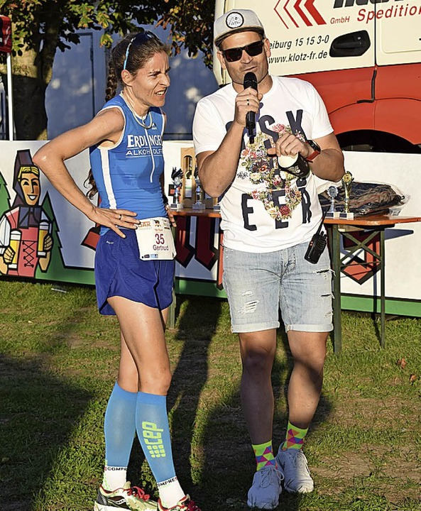 Kommentator Georg Vogelmann interviewt...hrem erneuten Erfolg  beim Ladies Run.    Foto: Cecile Buchholz