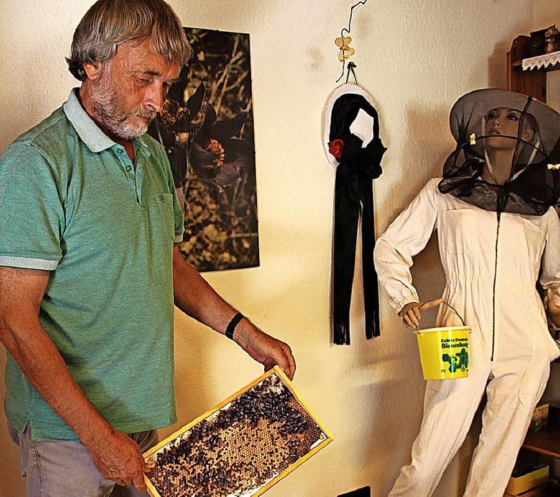 Christoph Graf hat in seinem Haus eine...ch den er Schüler und Besucher führt.     Foto: Krieger