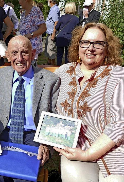 Abschied nach 79 Jahren: Mesner Josef ... von Pfarrer Klaus Fietz vorgestellt.   | Foto: privat