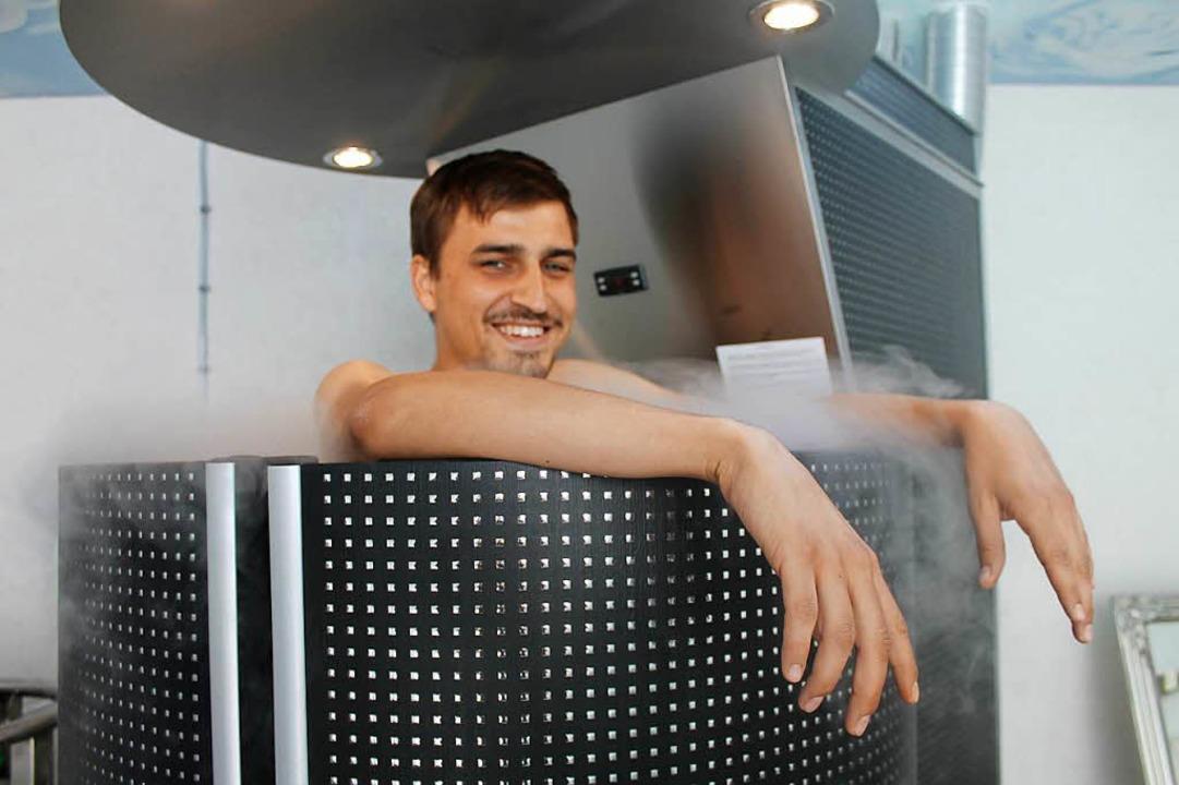BZ-Reporter Hannes Selz in der Kältekammer  im Fini-Resort in Badenweiler.  | Foto: Hannes Selz