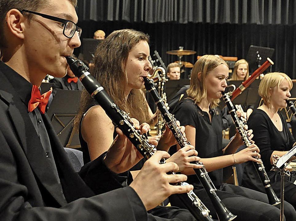 Das Verbandsjugendorchester Südbaden W...links) und AEW Concert Brass Fricktal   | Foto: Gramespacher