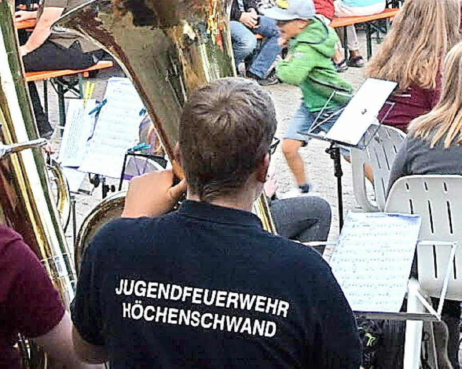 Mitglieder der Feuerwehr kennen sich auch mit Musikinstrumenten gut aus.  | Foto: Stefan Pichler