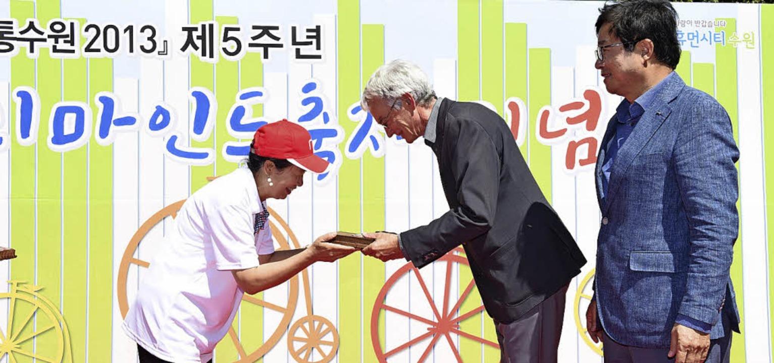 Konrad Otto-Zimmermann nimmt in Suwon ...ätskongress des Jahres 2013 entgegen.   | Foto: Privat