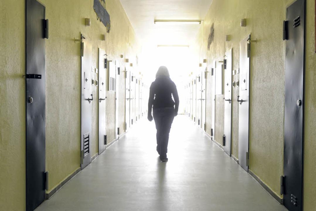 Erst nach 22 Stunden konnte die junge ...ewahrsamszelle verlassen. (Symbolbild)  | Foto: dpa