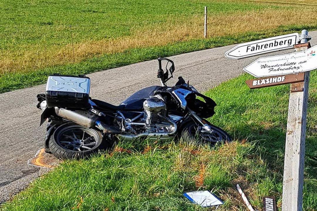 Den Motorradfahrer, der bei diesem Unf...tet hatte, sucht die Polizei dringend.  | Foto: Kamera24
