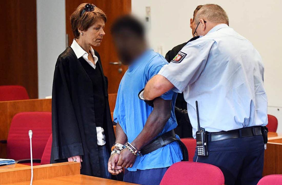 Der wegen Vergewaltigung und schwerer ...d Füßen gefesselt in den Saal geführt.  | Foto: dpa