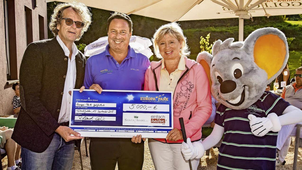 Michael Thoma (links), stellvertretend...Präsident des Golfclubs, überreichte.   | Foto: Europa-Park