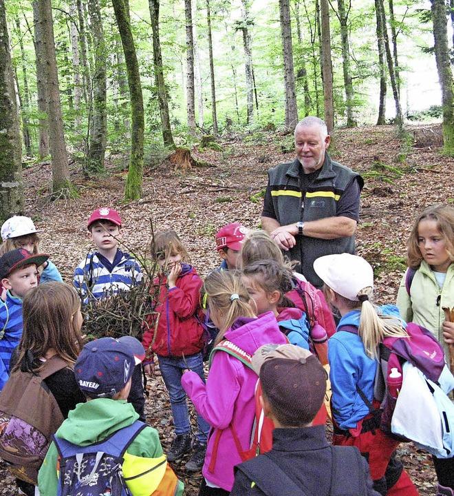 Mit dem Förster in den eigenen Schulwa...nd Wetter Unterricht im Freien statt.   | Foto: Grundschule