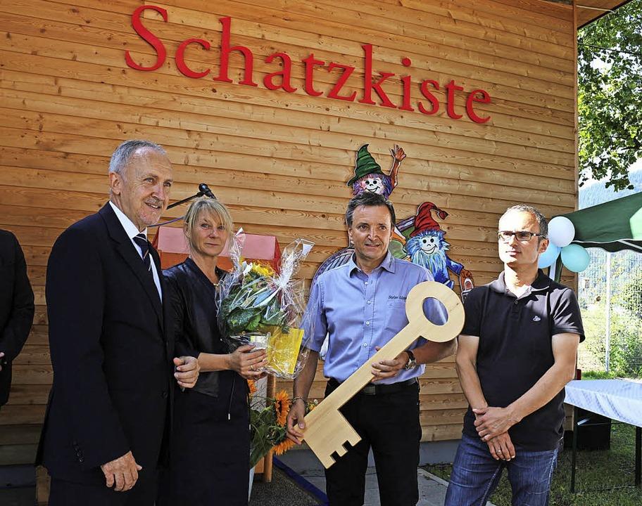 Die Schlüsselübergabe: Architekt Rolan...Erzieherteam Wohlergehen (von rechts).  | Foto: Karin Heiß