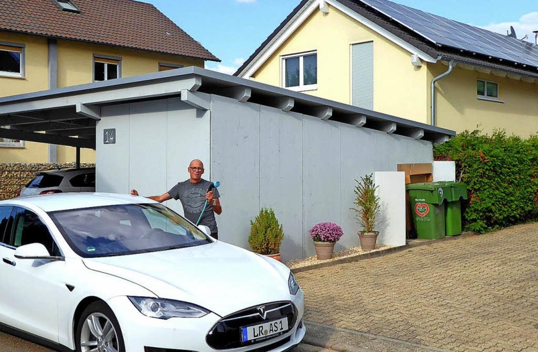 Alexander Schanze aus Sulz mit seinem ...mit dem Strom vom eigenen Dach tankt.   | Foto: Stadt Lahr