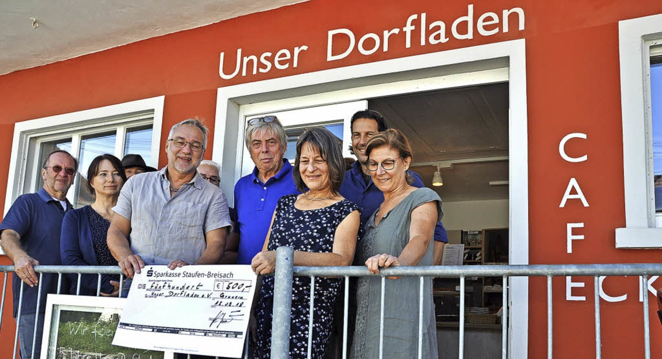 Das Team des Dorfladens mit Gerrit Sch... BV-Vorsitzenden Achim Breit (Mitte).   | Foto: Rainer Ruther