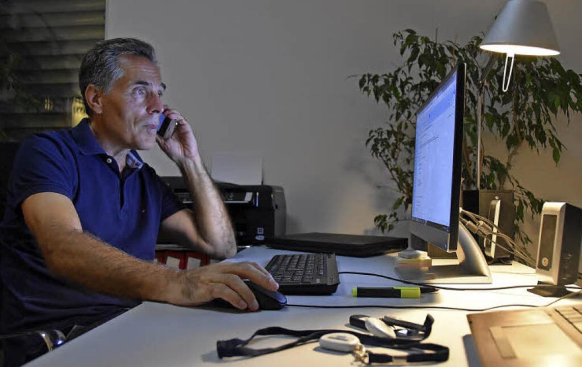 Wolfgang Lörcher vor seinem Schreibtis...er bis spät nachts noch  telefoniert.   | Foto: Gabriel Kroher