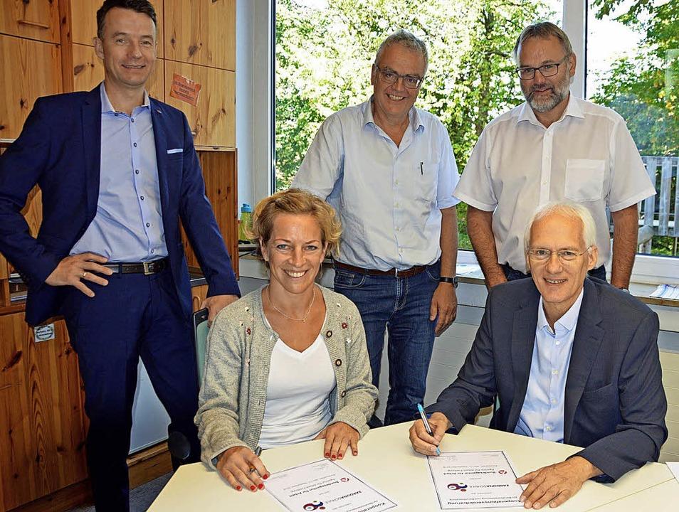 Schulleiterin Sophie Nizielski und Arb...und und Martin Kotterer (von links).    | Foto: G. Lück