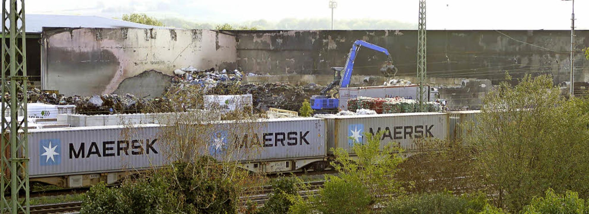 Die Aufräumarbeiten auf dem Kühl-Betri...nen, hielt Bürgermeister Schmid fest.   | Foto: Langelott