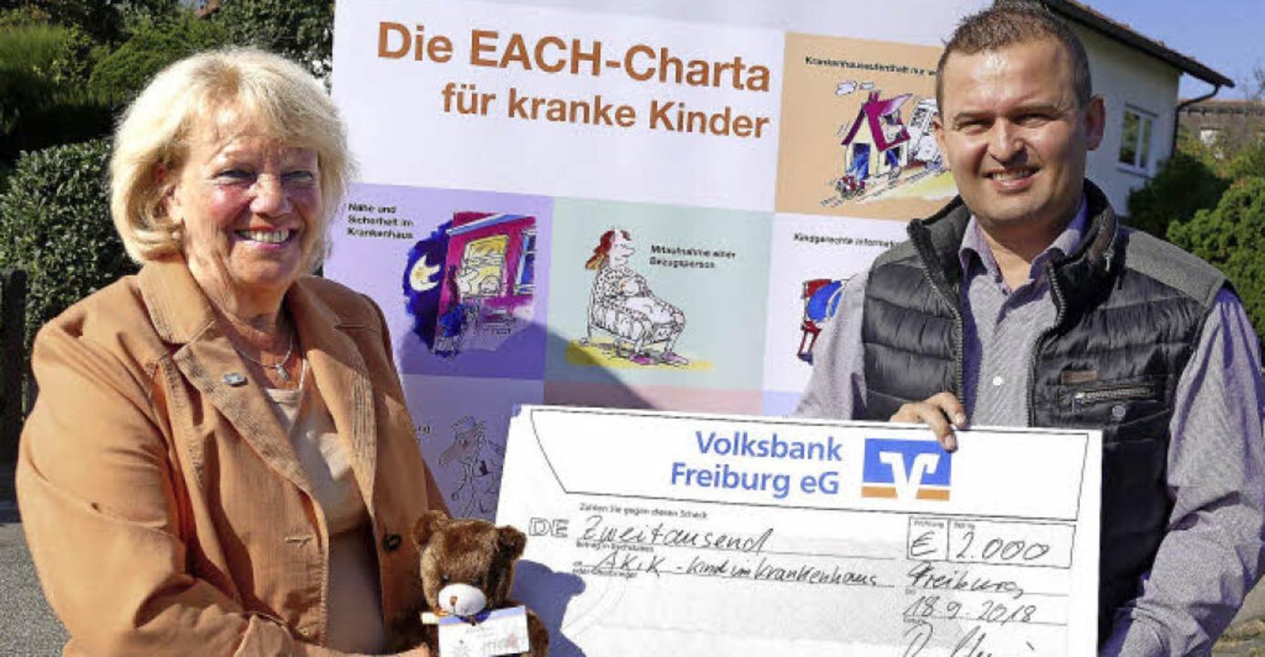 Monika Werner, Vorsitzende des Landesv...in, bei der Scheckübergabe in Wiechs.   | Foto: Susanne Filz