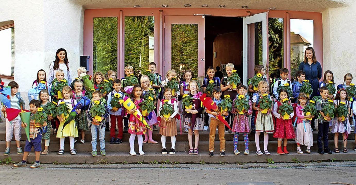 Die 36 Erstklässler der  Waldorfschule... Erinnerungsfoto vor der Eingangstür.     Foto: waldorfSchule