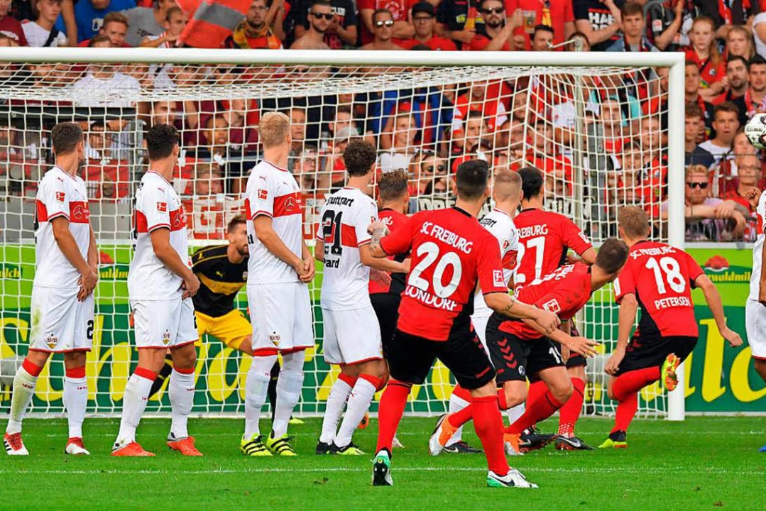 So geht direkter Freistoß: Jerome Gondorf (20) trifft gegen Stuttgart zum 2:2.  | Foto: achim Keller/dpa