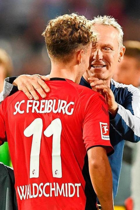 Gut gemacht: Christian Streich (rechts) lobt Luca Waldschmidt.  | Foto: dpa
