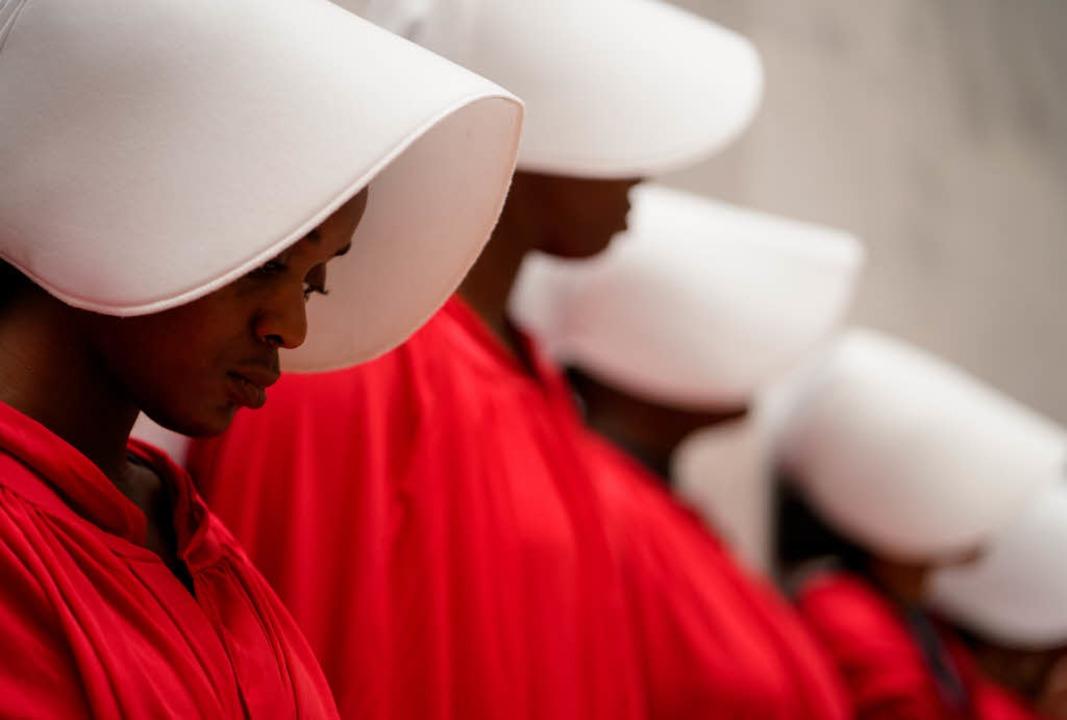 Die roten Roben aus Margaret Atwoods R...ler Frauenrechtsaktivistinnen geworden  | Foto: dpa