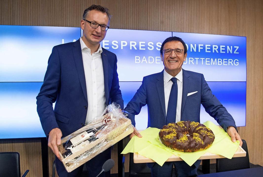 Zwischenbilanz mit Präsent  –   ...ne, links) und Wolfgang Reinhart (CDU)  | Foto: dpa