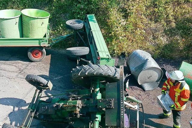 Traktor begräbt Fahrer bei Burkheim unter sich und verletzt ihn lebensgefährlich