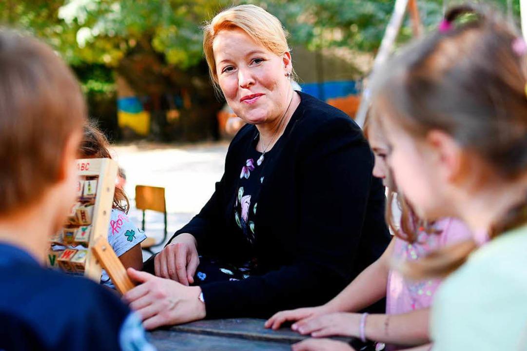 "Franziska Giffey (SPD), Bundesfamilien...ot;mittendrin"" das Gute-KiTA vor.  | Foto: dpa"