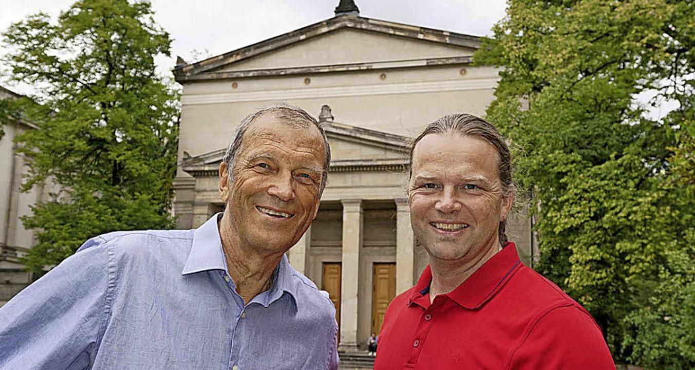 Christian Spiering und der Konzeptküns...Tim Otto Roth (re.) vor St. Elisabeth.  | Foto: Imachinations Project