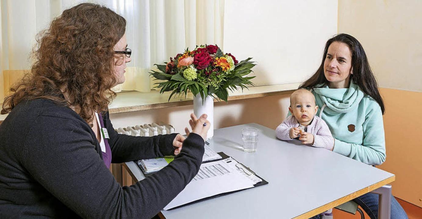 Babylotsin Vera Stächelin (links) berät eine junge Mutter.   | Foto: St. Elisabethen-Krankenhaus