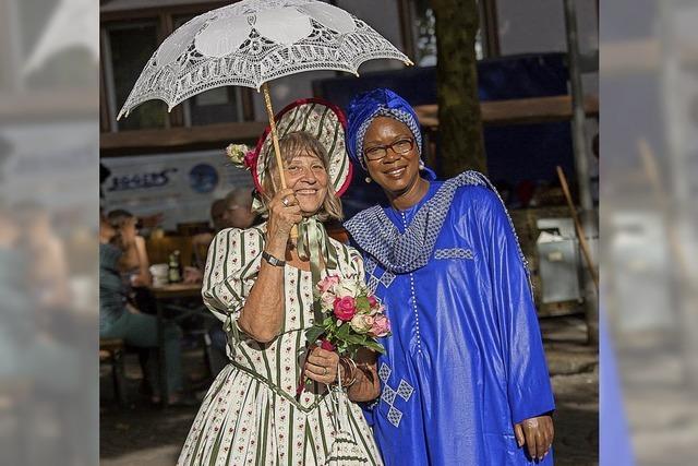 Afrikanische trifft deutsche Folklore