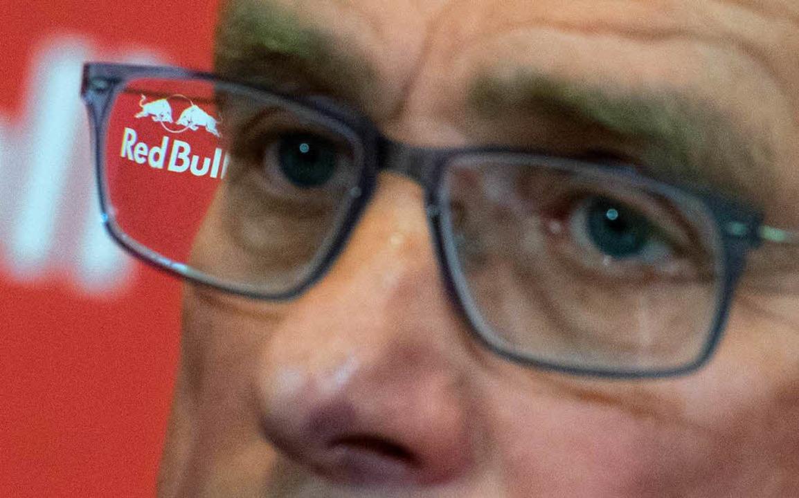 Das Logo von Red Bull ist im Brillengl...-Sportdirektor Ralf Rangnick zu sehen.  | Foto: dpa