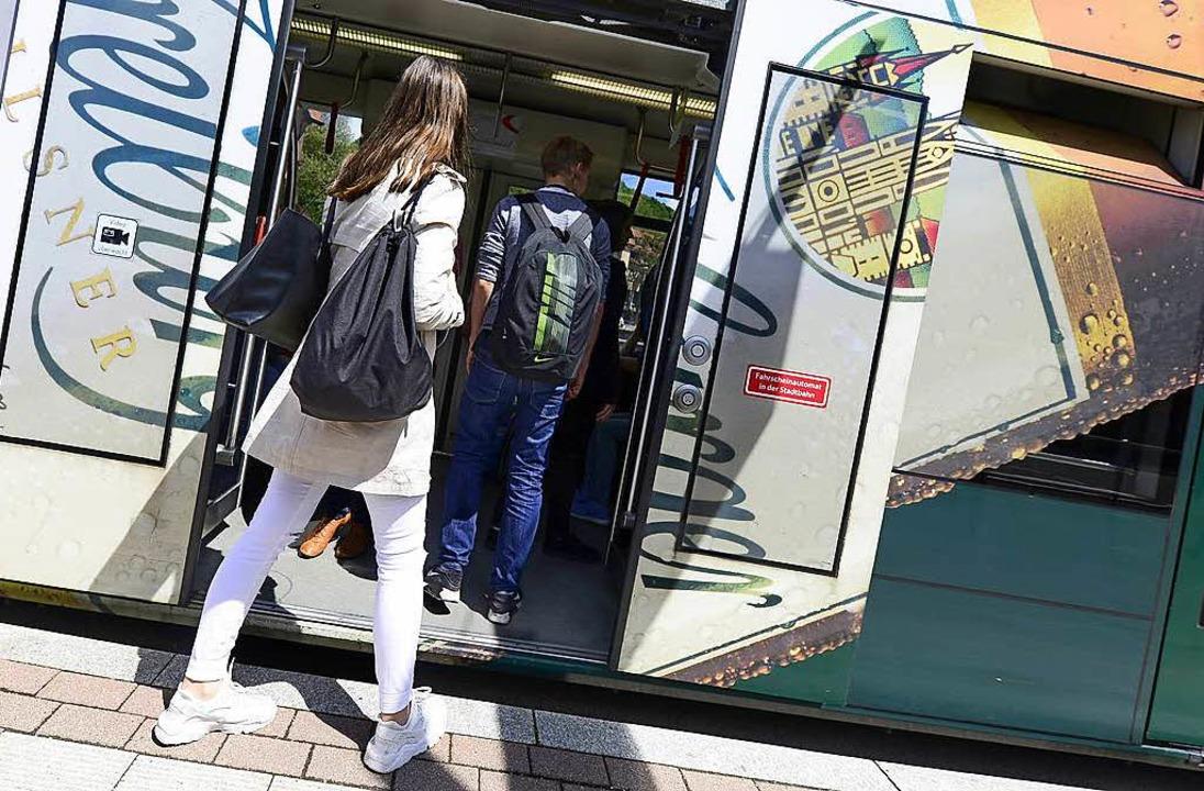 Beim Einsteigen in eine ältere Tram wu...lle Türen videoüberwacht. (Symbolbild)  | Foto: Ingo Schneider