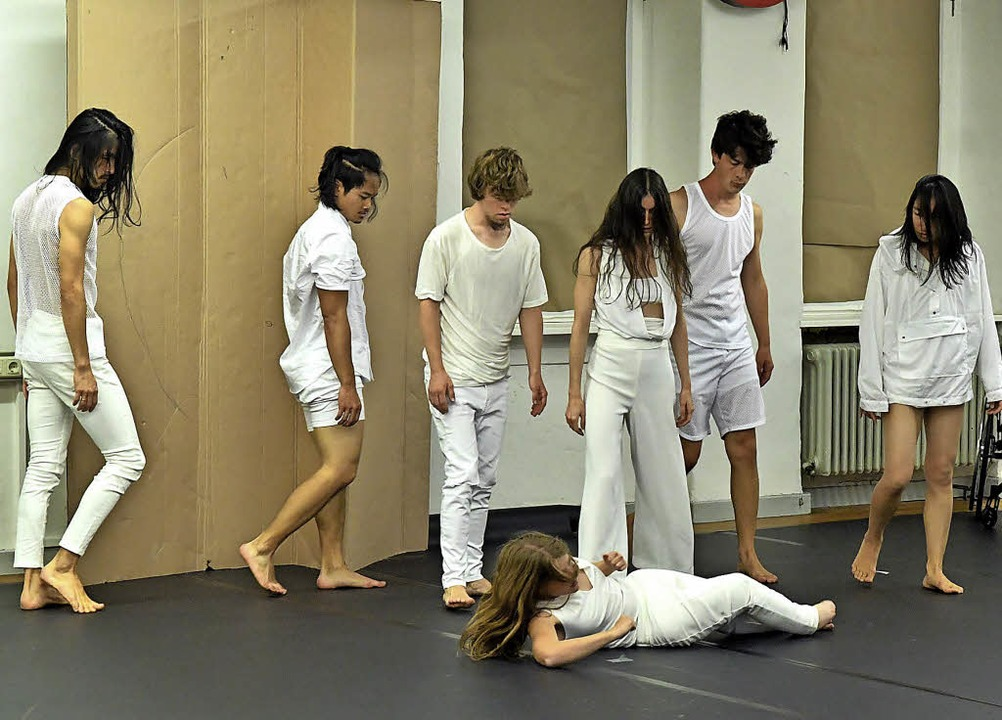Die sieben Tänzerinnen und Tänzer zeigten das Stück erstmals vor Publikum.   | Foto: Wolfgang Künstle