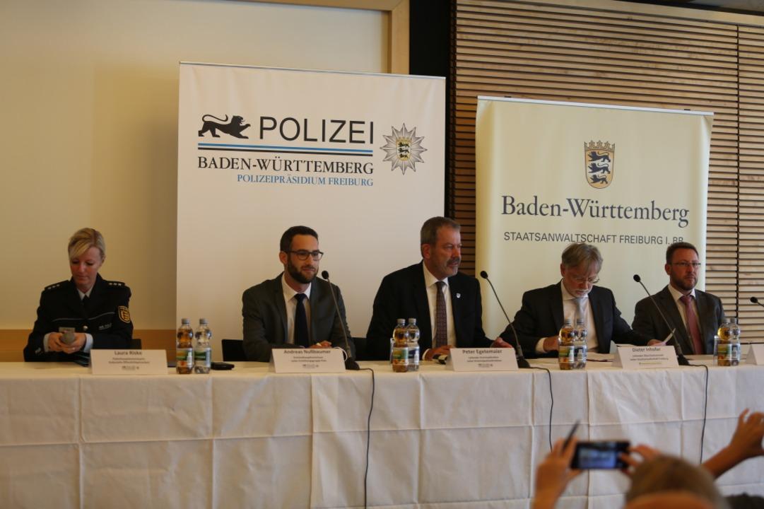 Auf dem Podium sitzen  Laura Riske, di...s Orschitt, Oberstaatsanwalt Freiburg.  | Foto: Daniel Laufer
