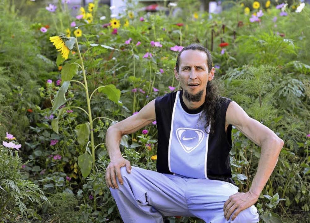 Daniel Däuble liebt die neue Blumenwie...t sie den ganzen Sommer über gegossen.  | Foto: Ingo Schneider