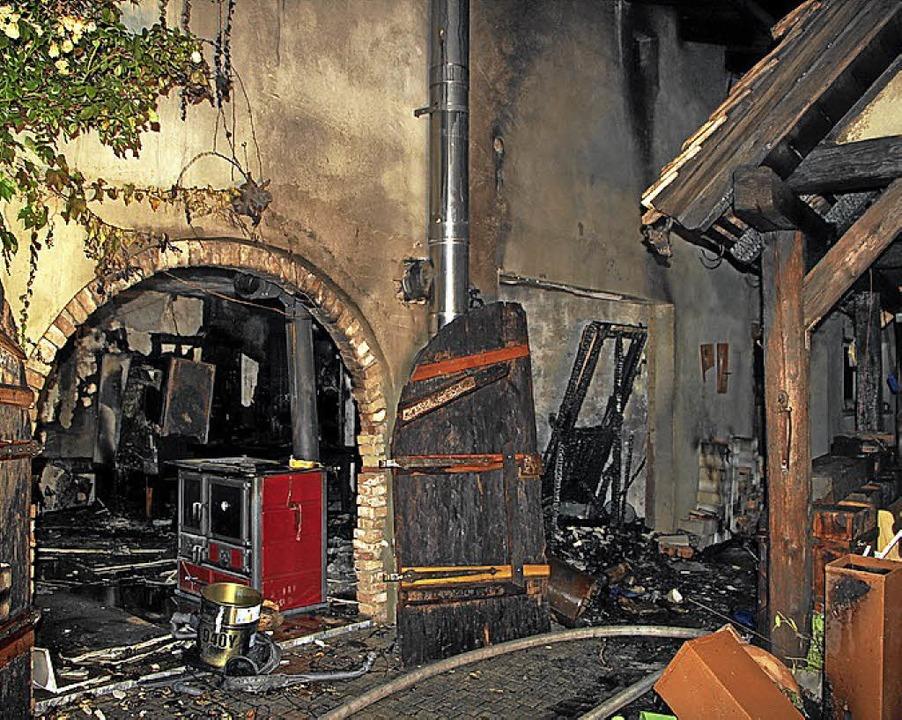Ein Nebengebäude in der Straße Hinterk...Donnerstagabend erheblich beschädigt.   | Foto: Herbert Trogus