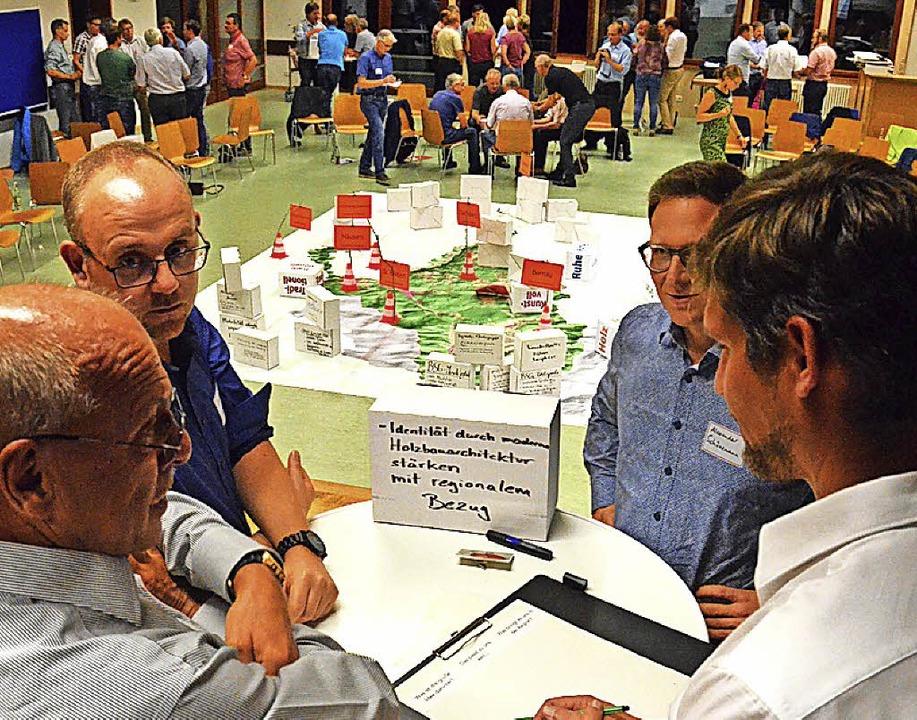 In kleinen Gruppen entwickelten die Te...Schönemann (zweiter von rechts) Ideen.  | Foto: Sebastian Barthmes