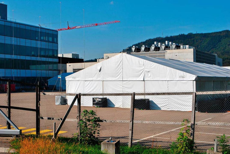 Auf dem Gelände der Novartis in Stein stehen derzeit zwei große Zelte.     Foto: Nadine Böni