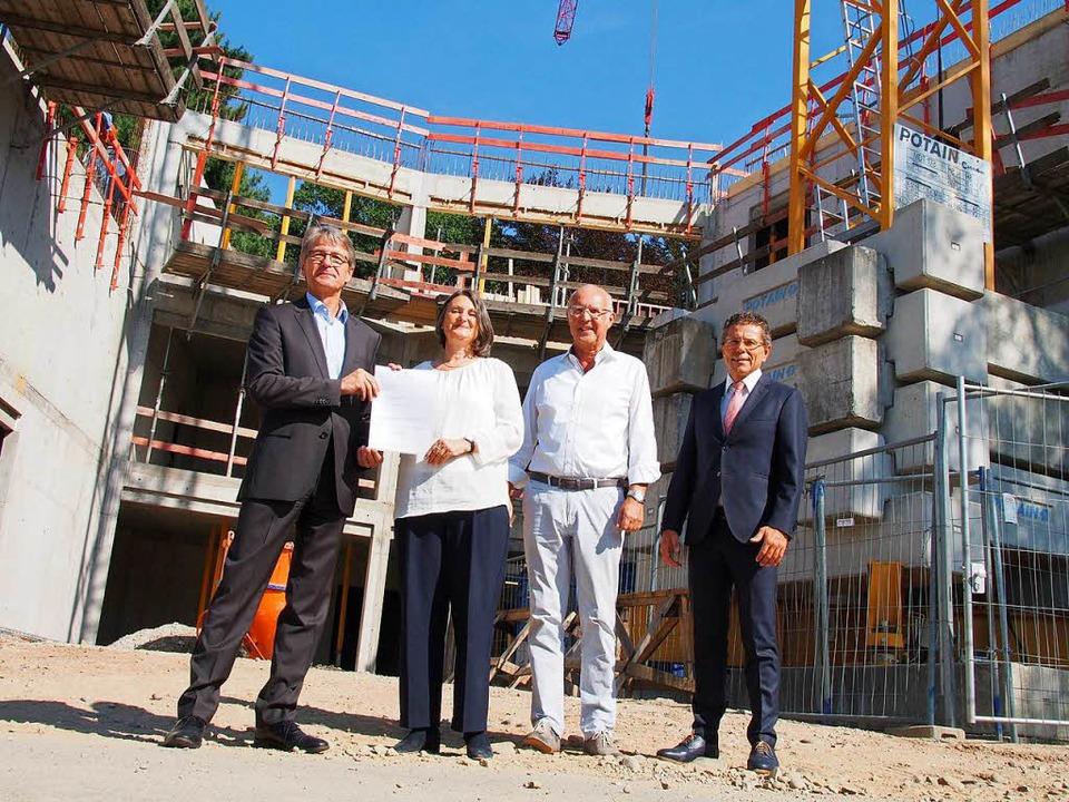 Übergabe des Förderbescheides an die F...rmeister Harald Reinhard (von links).   | Foto: Markus Donner