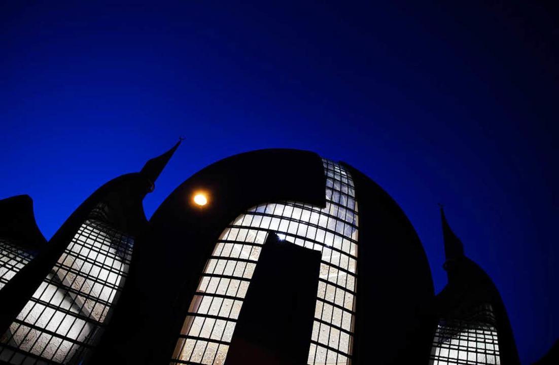 Die Zentralmoschee der DITIB leuchtet im Abendlicht.  | Foto: dpa
