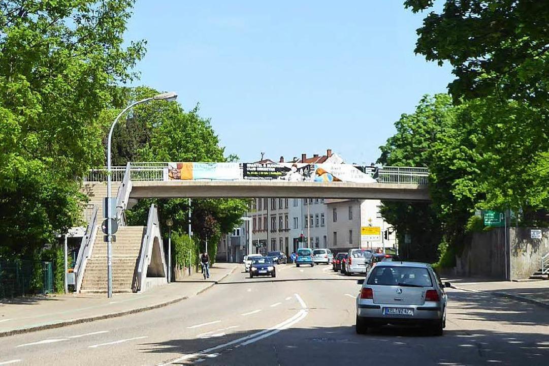 Auf dieser Fußgängerbrücke soll die Tat passiert sein.  | Foto: Helmut Seller